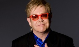 Elton John con gli occhiali rossi