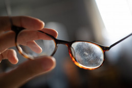 come togliere graffi occhiali