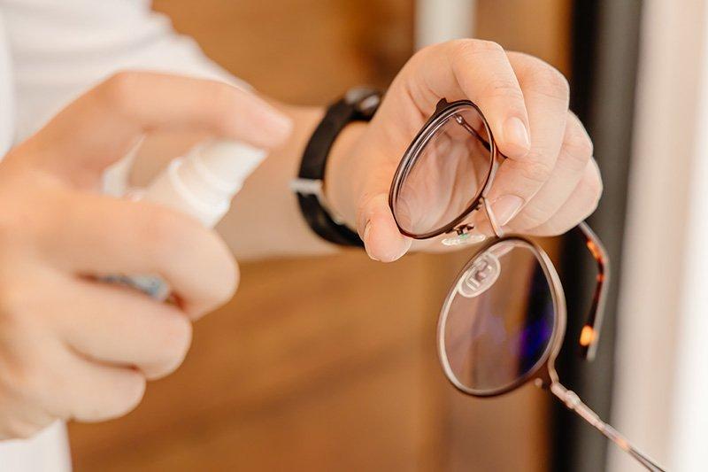 pulire occhiali spray